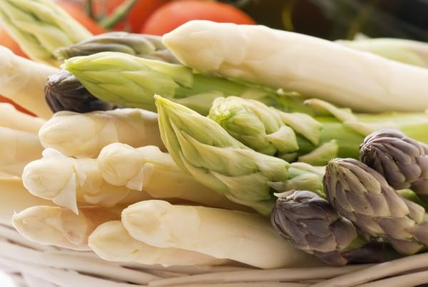 Szparagi niegdyś kojarzone z luksusem dziś z powodzeniem goszczą na naszych stołach.